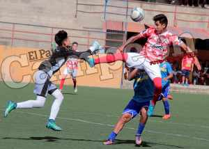 Municipal y Universitario se dividieron honores en el debut
