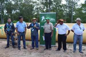 Productores de Chirimoyal reciben tanque flexible